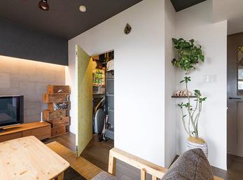 壁と一体化した隠し扉の向こうは大容量収納スペース