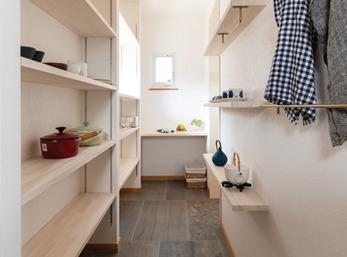 収納力と便利な動線を併せ持つキッチンパントリー