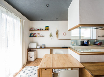 ミシンがけにも便利なキッチンサイドのスペース
