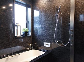 暮らしの中でぜいたくな時間を過ごす高級感ある浴室