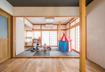 子どもが伸び伸び遊べる、リビングから続く和室