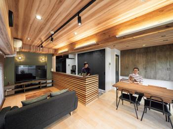 まるで山小屋のカフェ 木の雰囲気に包まれた マンション空間へ一新