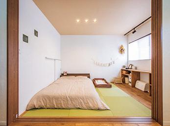 寝室扱いにしている和室は窓際にカウンター