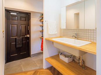 玄関から室内への廊下は確保せず、玄関ホール内に洗面台