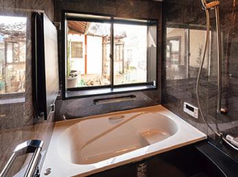 温泉旅館のように庭を眺められる浴室