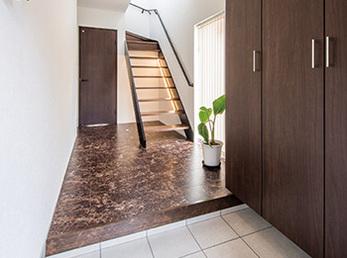 オープン階段が広がりを見せる玄関