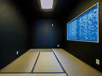 モダンな黒いクロスと畳で引き締まった空間