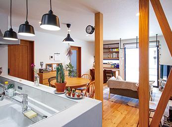 築43年の家を木の温もりとクールな色&質感がマッチしたリビングに