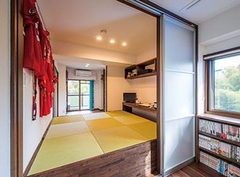 畳の下を収納スペースにした小上がりの和室
