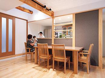 家族の顔を見ながら家事にも専念できる対面キッチン