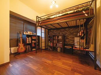 洋室を趣味の空間へ 再生木の印象とアイアンで