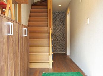 クロスを張り替え、床に無垢材を敷いた玄関