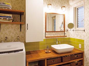 天井と壁のクロスを張り分け、造作洗面台の周囲にはタイル