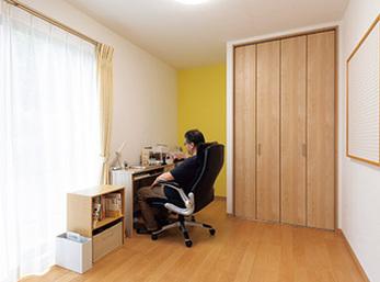 床の間があった和室は今はご主人の書斎 将来は子ども部屋へ