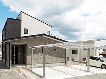 既存の2階建てに和室と玄関収納を増築した洋風の佇まい