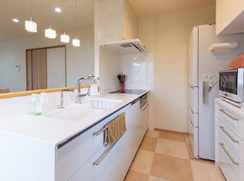 手元を隠しながら調理できるオープンな対面キッチン