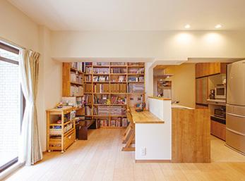 書棚は天井まで空間を最大限生かし収納スペースは隅々まで効果的に確保