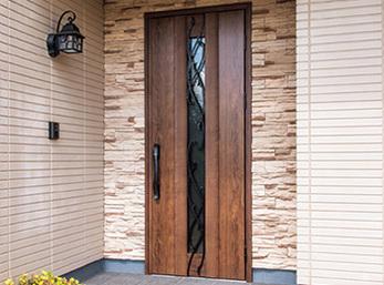 アクセント壁とドアのデザインに合わせ照明も新設