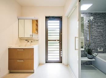 土間にあった浴室は、以前はなかった洗面室とともに新しく配置