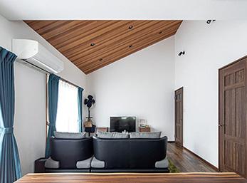 2階リビングに重点を置いて木目調を基調にコーディネート 暑さや騒音などの悩みも解消
