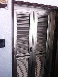 マエダハウジンググループ修理・メンテナンスサポーターズ|大人気!玄関網戸取付けキャンペーン(自然風換気でウイルス対策!鍵付き・4段階通風調節・ポスト付きでマンションの玄関をセキュリティも安心の網戸に 選べるカラー3色)